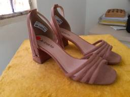 Vendo sandália de salto nova