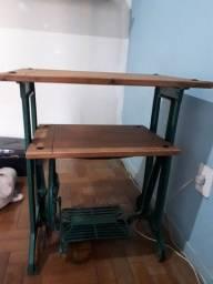 Aparador com pé de máquina de costura