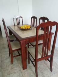 Excelente mesa com seis cadeiras