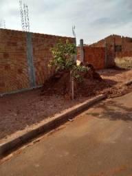 Terreno com construção de casa até na laje