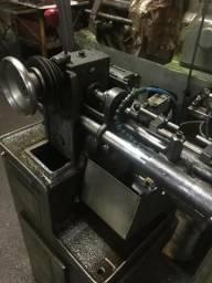 Máquina de torno automático e CNC