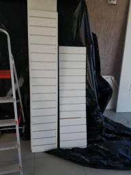 Canaletados verticais brancos.