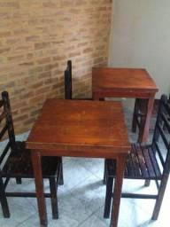 Mesas e cadeiras de madeira rústicas