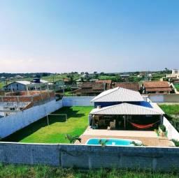 Casa com piscina, campo de futebol, churrasqueira em condomínio fechado.