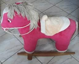 Cavalinho de balanço em pelúcia