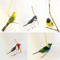 Kit 5 Pássaros De Madeira Canário, Coleirinho, Pintassilgo, Saíra e Galo da Campina