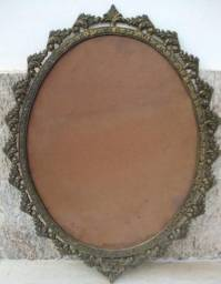 Moldura em Bronze Antigo Trabalhado para Espelho Oval com Mais de 45 Anos