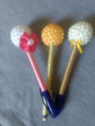 Lindas canetas decoradas e tiaras .