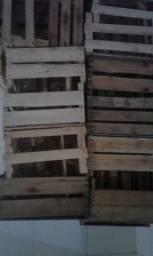 Vendo caixote de madeira vazio.
