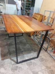 Mesa estilo industrial com tampo em  madeira Macacaúba