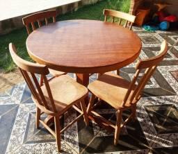 Mesa de madeira de lei com cadeiras