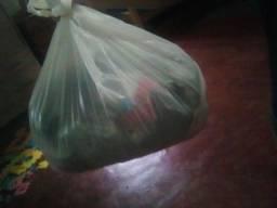 vendo urgente essa sacola de roupas para brechó com 15 peças por $25