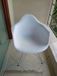 Conjunto de 2 cadeiras com base metálica cromada