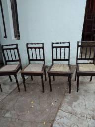 Quatro cadeiras de jacarandá.
