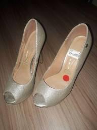 Sandália alta usada uma vez