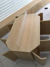 Painel canaletado com balcões de otimo acabamento