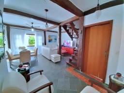 Linda Casa tríplex em Condomínio, 03 dormitórios com piscina e churrasqueira