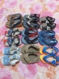 Lote de sandálias para meninos