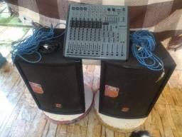 Dois amplificadores e mesa de som 8 canais