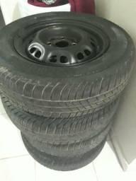 Rodas 13 com pneus remolds. aceito cartão até 2 vezes