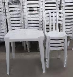 Conjunto de Mesa e cadeiras Plásticas