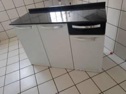 Armário de cozinha de aço bem conservado.