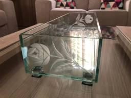 Peça decorativa de vidro retangular com desenhos jateados