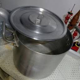 Um tacho.uma frigideira e um caldeirão