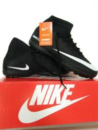Chuteira da Nike Society Preta. Tamanhos Disponíveis: