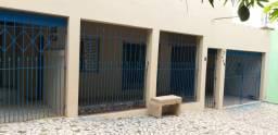 Casa centralizada, ampla varanda, 03 quartos, sala, copa-cozinha, banheiro e 02 garagens