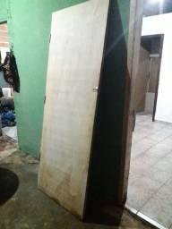 2 portas de madeira e uma de ferro com vidro