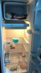 Vende se geladeira. *