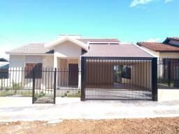 Casa em Santa Rosa, com 03 quartos e 02 vagas (laterais) de garagem