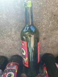 Garrafas vazias de vinho com a máquina de cortar garrafas elétrica grátis