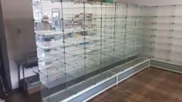 Prateleiras e armário de vidro com estrutura e base metálica