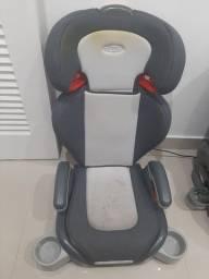 Assento infantil para carro.