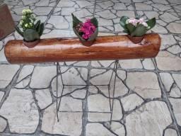 Vaso de madeira com suporte de ferro