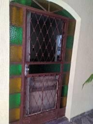 Porta de ferro com vidro com grade super conservada