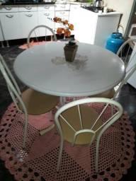 Mesa redonda 4 lugares 200 reais semi nova