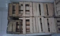 Vendo caixote de madeira.