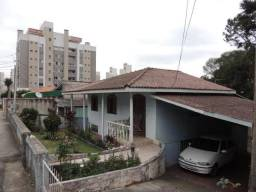 Terreno com 3 casas no Centro Comercial do Bairro Portão em Curitiba.