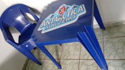 Nessa de bar antártica com quatro cadeiras.