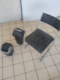 Mesa e cadeira por 25 reais.