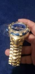 Invicta Thunderbolt dourado com fundo azul
