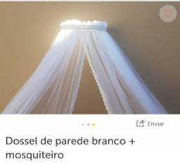 Dossel de parede branco com mosquiteiro
