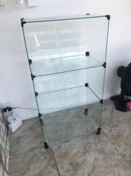 Balcão de vidro com prateleiras