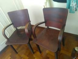 Cadeiras grandes e antigas