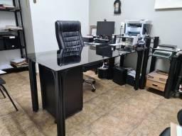 Mesa diretor tubolar e vidro preto