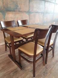 Conjunto de mesa e cadeiras semi-novos