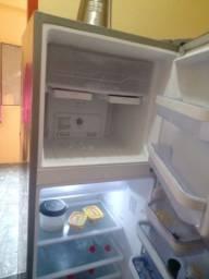 Vendo essa Eletrolux 370L está geladeira por motivo de viagem